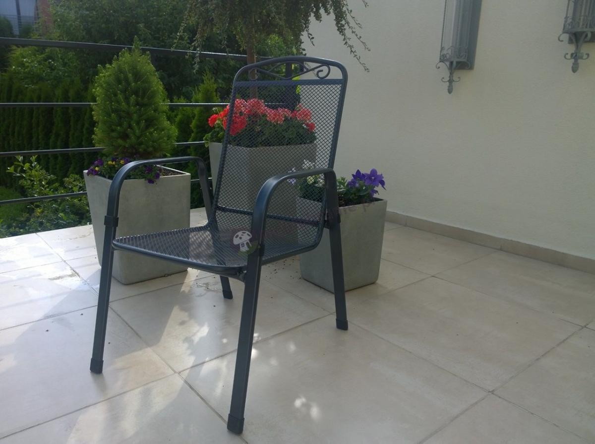Krzesło ogrodowe metalowe Apollo ustawione na tarasie