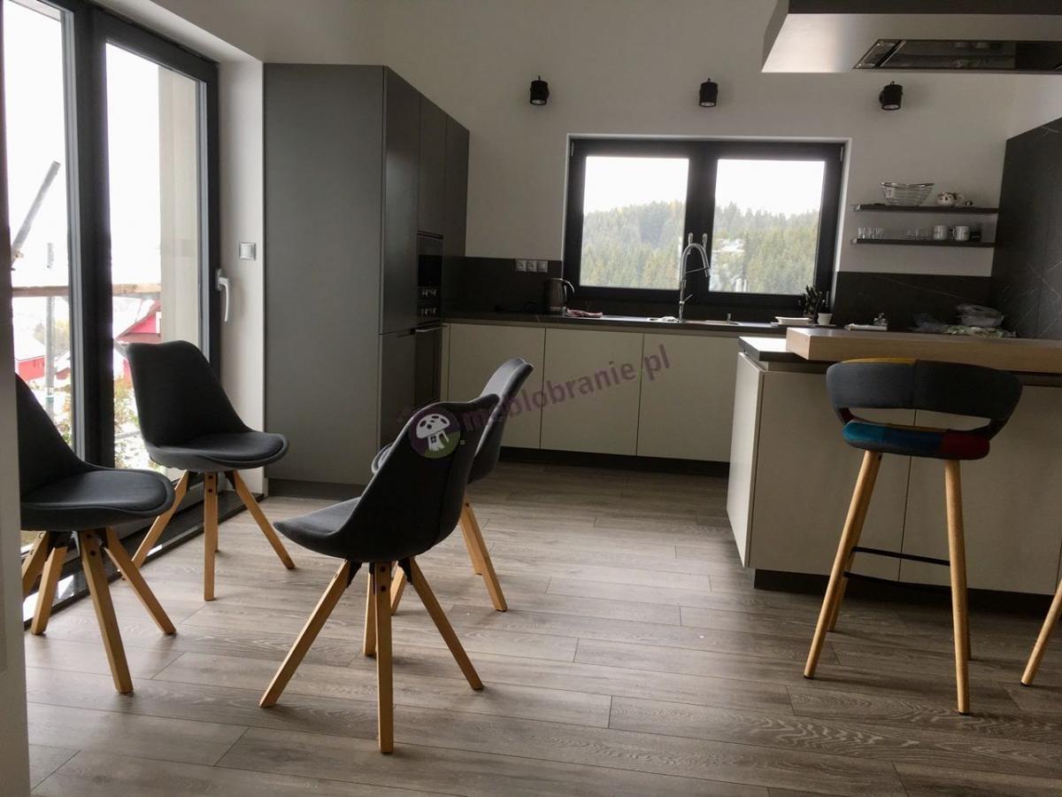 Krzesło w nowoczesnym stylu Actona Dima w pięknej kuchni