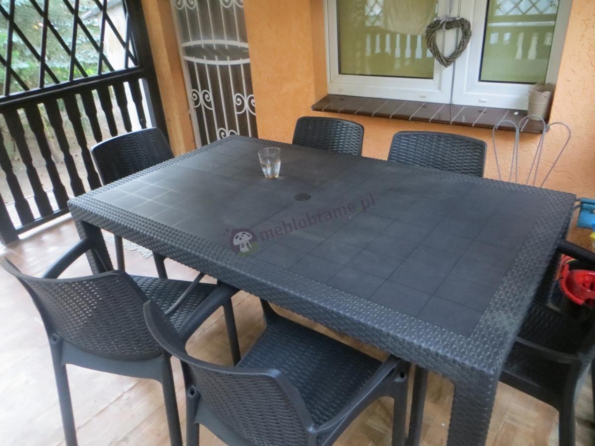 Ładny zestaw ogrodowy z dużym stołem i 6 krzesłami i otworem na parasol