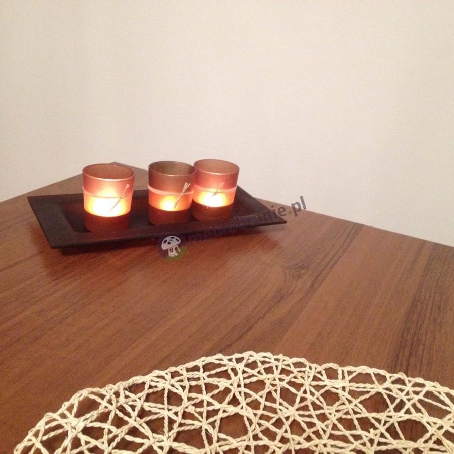Ława rozkładana duża do salonu ozdobiona świeczkami