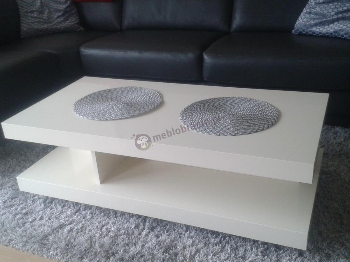 Ława stolik kawowy biały połysk w nowoczesnym salonie