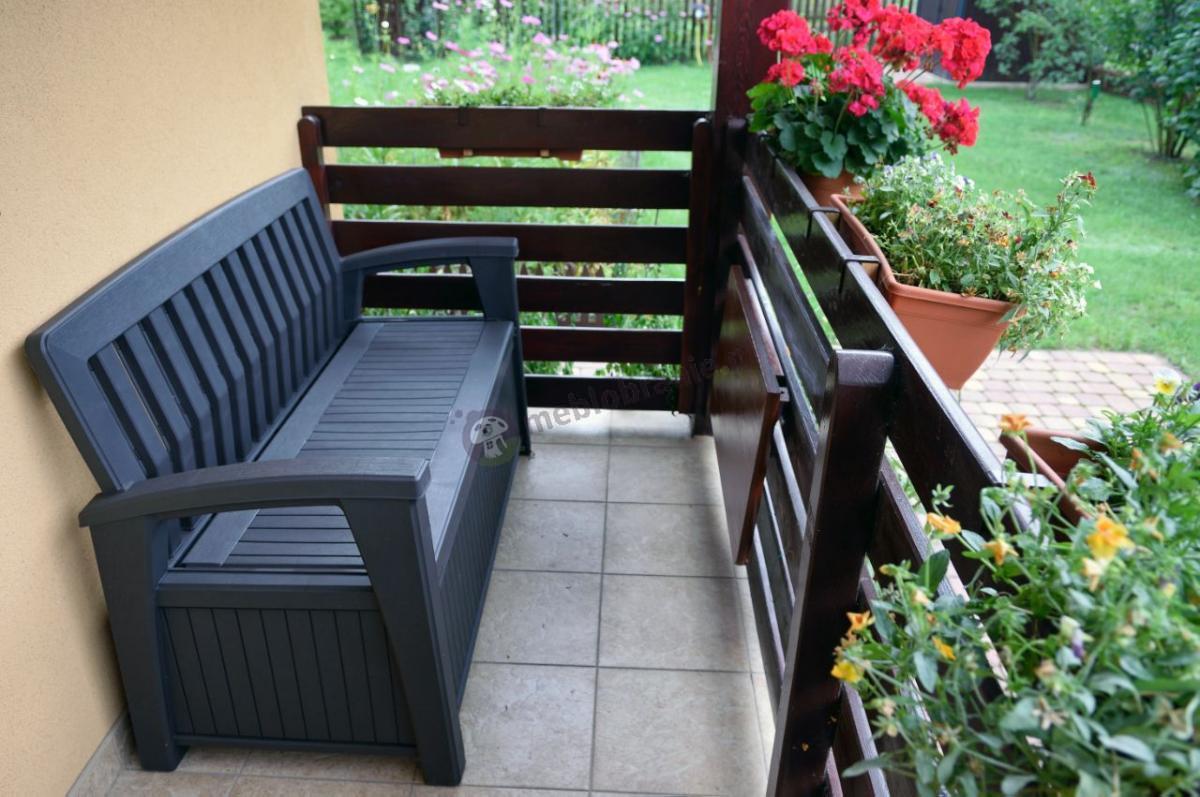 Ławeczka ogrodowa z pojemnikiem Keter Patio Bench na niedużym balkonie