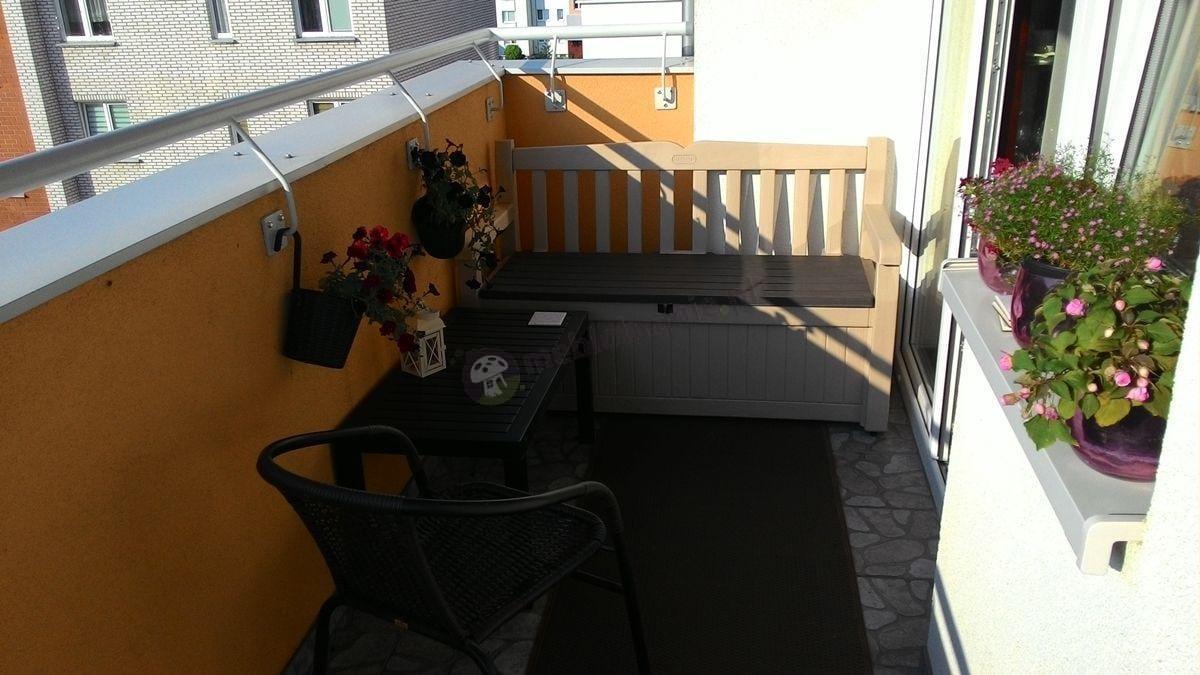 Ławeczka ze skrzynią Eden Garden używana na balkonie