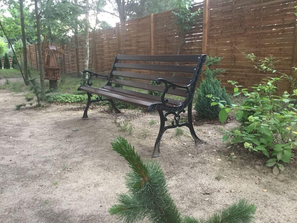 Ławka ogrodowa drewniana na dużej działce