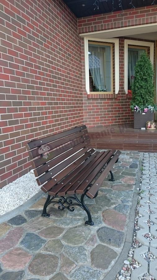 Ławka ogrodowa drewniana ozdobna przed eleganckim domem