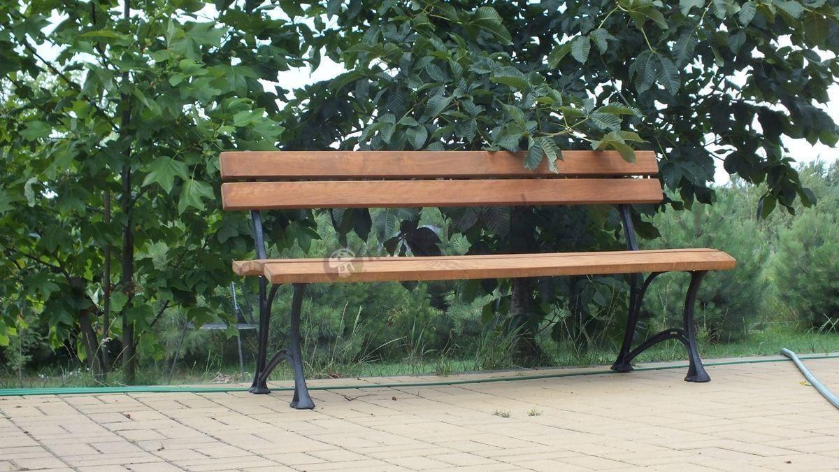 Ławka ogrodowa drewniana ustawiona pod drzewem