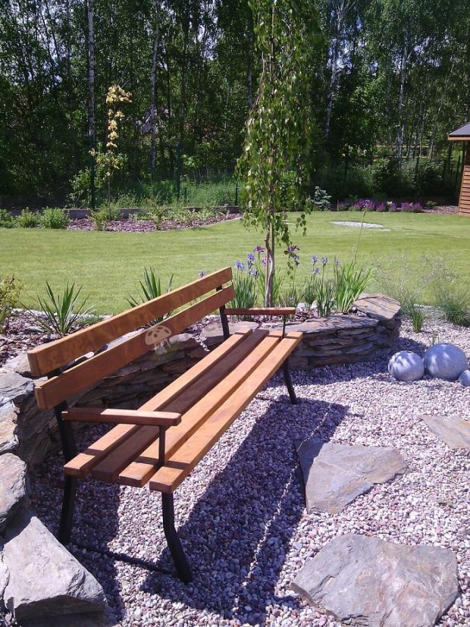Ławka ogrodowa drewniana w pięknej aranżacji