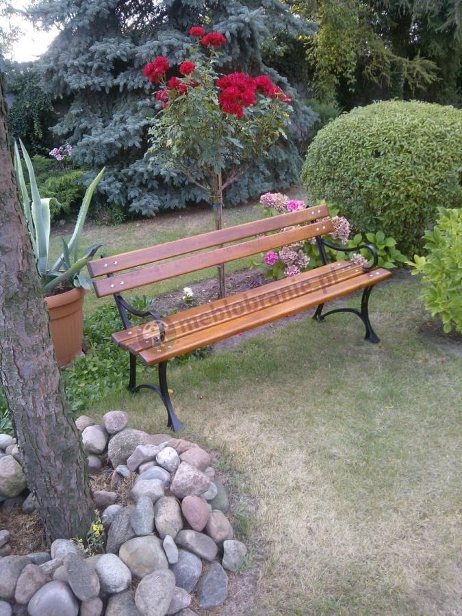 Ławka ogrodowa drewniana w pięknym ogrodzie