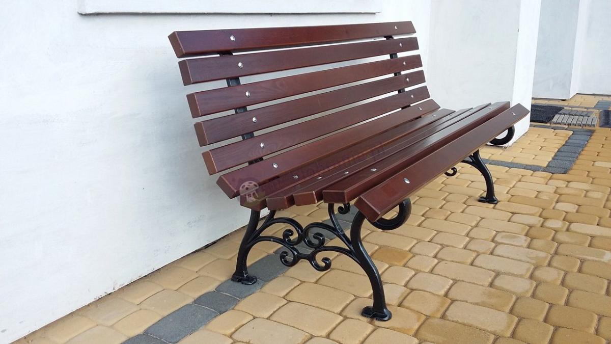 Ławka ogrodowa drewniana z ozdobną nogą żeliwną
