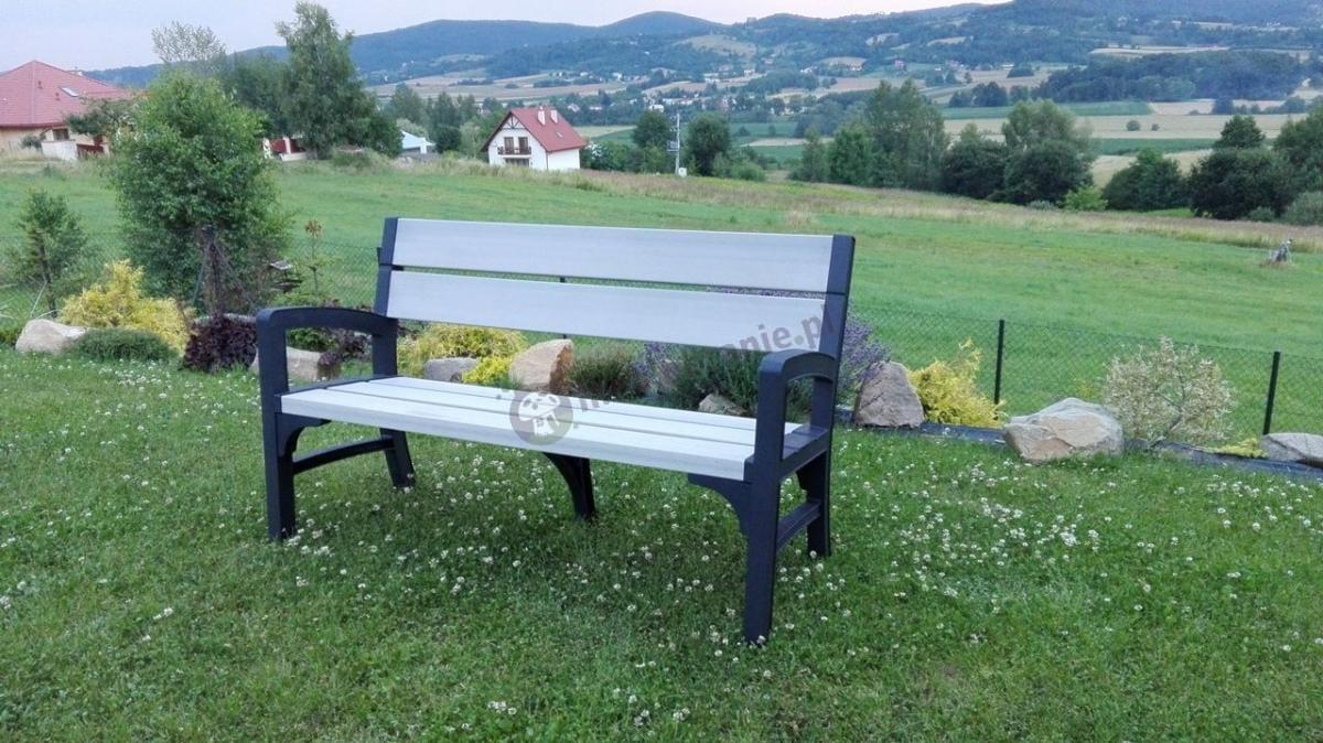 Ławka ogrodowa drewnopodobna z pięknym krajobrazem