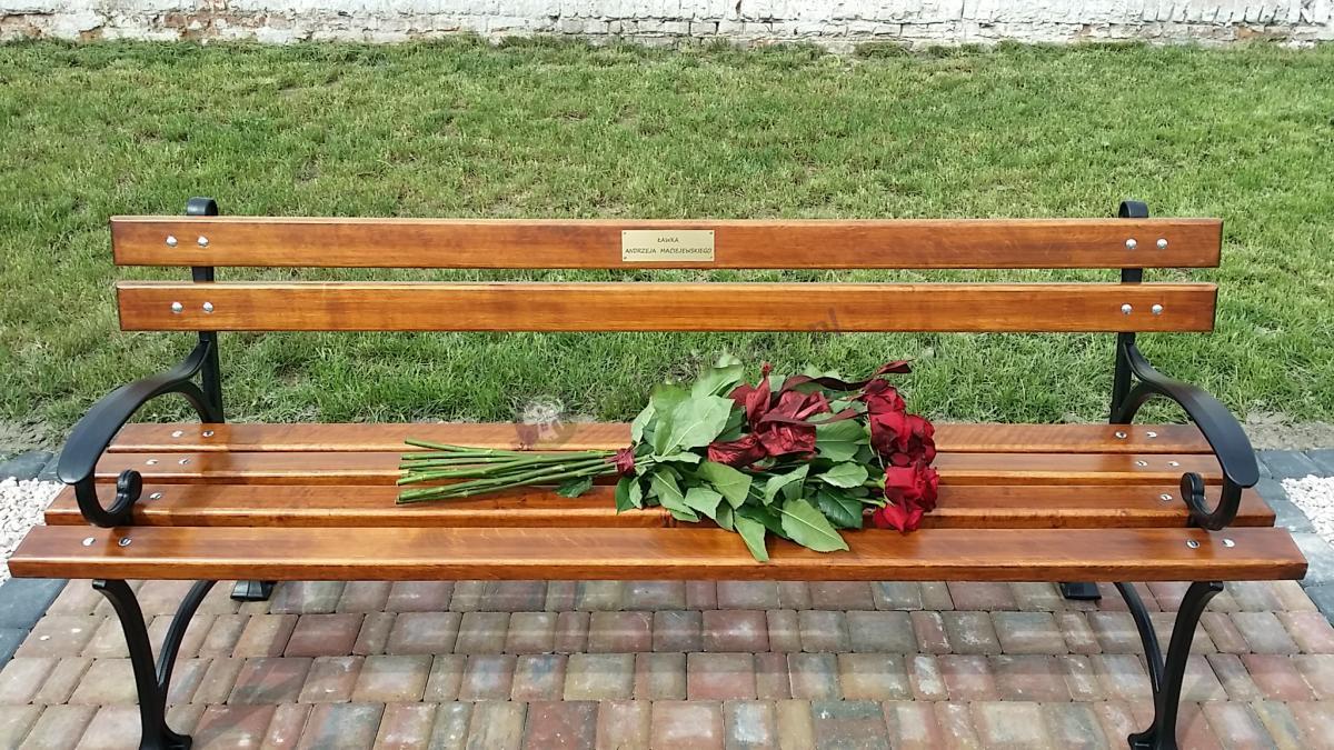Ławka ogrodowa poświęcona osobie pana Andrzeja Maciejewskiego