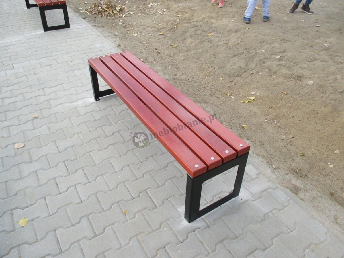 Ławka parkowa stalowa przymocowana wkrętami do chodnika
