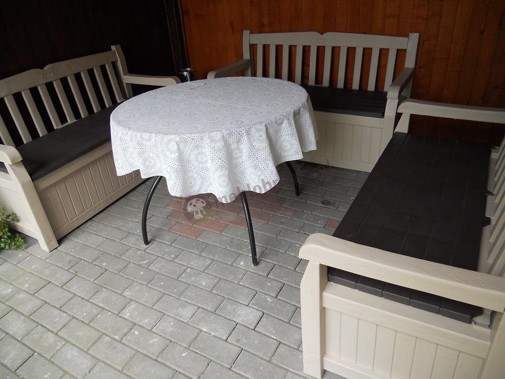 Ławka ze skrzynią uzupełniona eleganckim stolikiem