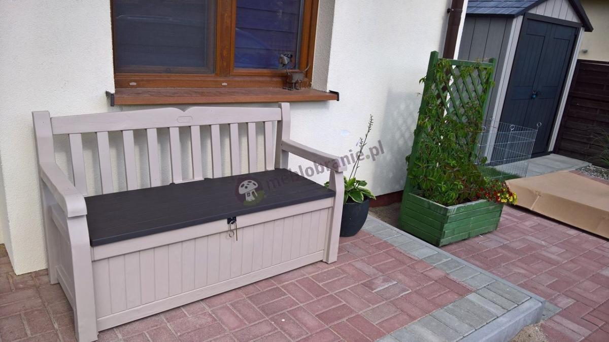 Ławka ze skrzynią w sąsiedztwie domku Keter Oakland