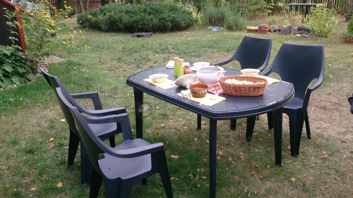 Letni obiad na świeżym powietrzu podany na stole Elise w czarnym kolorze