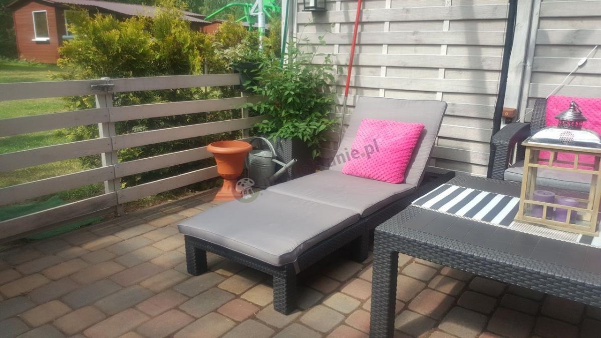 Leżak firmy Keter w niskiej cenie z zestawem ogrodowym z wysokim stołem
