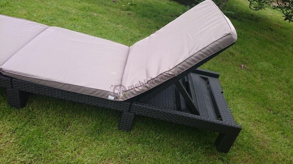 Leżak ogrodowy plastikowy z wygodną poduszką