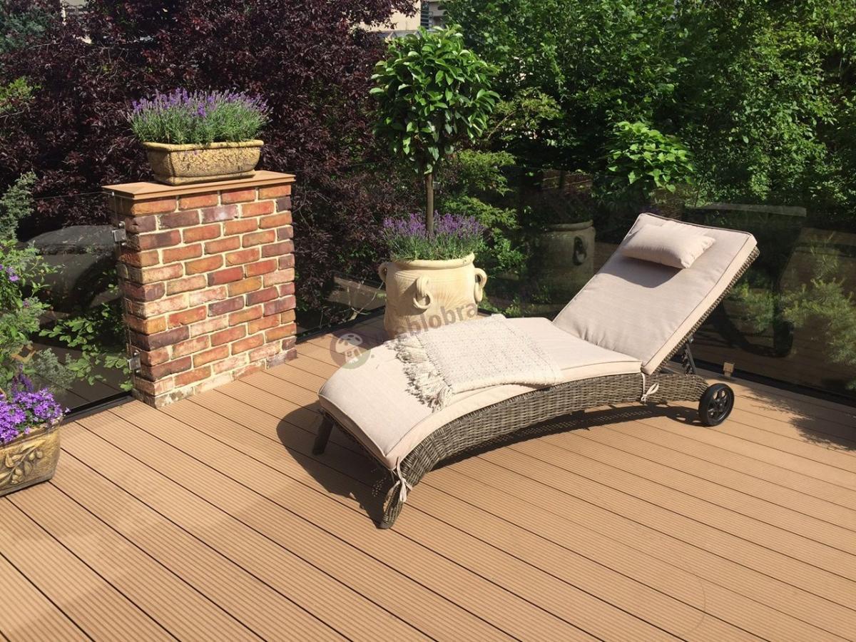 Leżak ogrodowy z kółkami technorattan Altea z jasnymi poduszkami