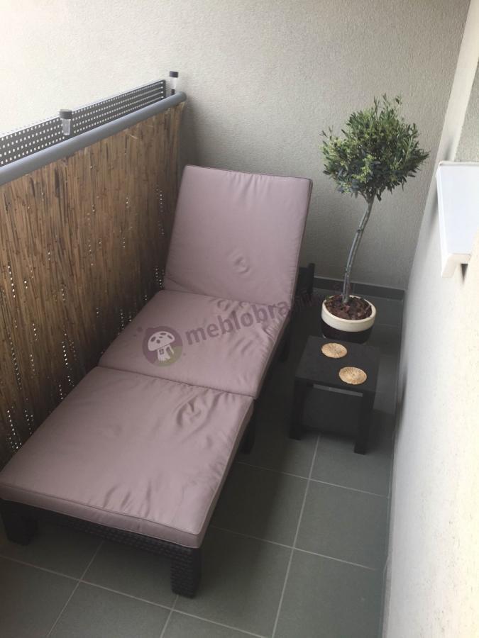 Leżak plażowy brązowy z poduszką na wąskim balkonie