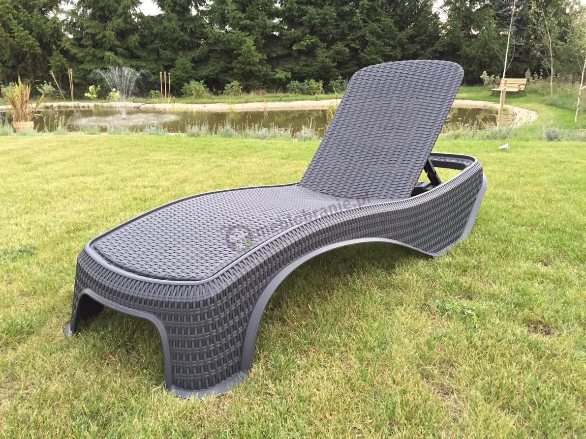 Leżak plażowy do ogrodu używany w pobliżu stawu