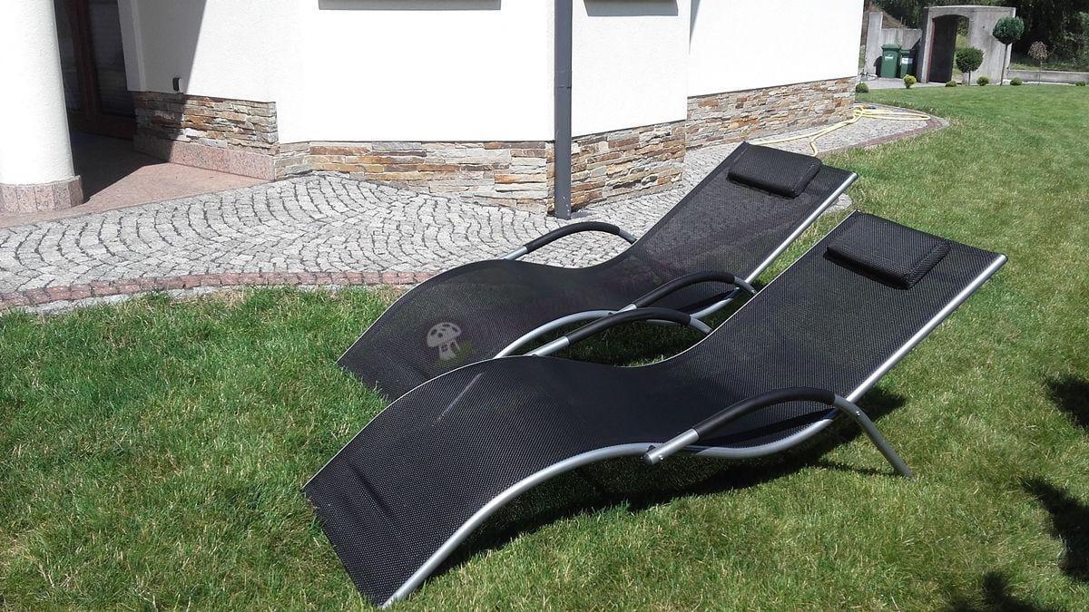 Leżaki aluminiowe używane w przydomowym ogrodzie