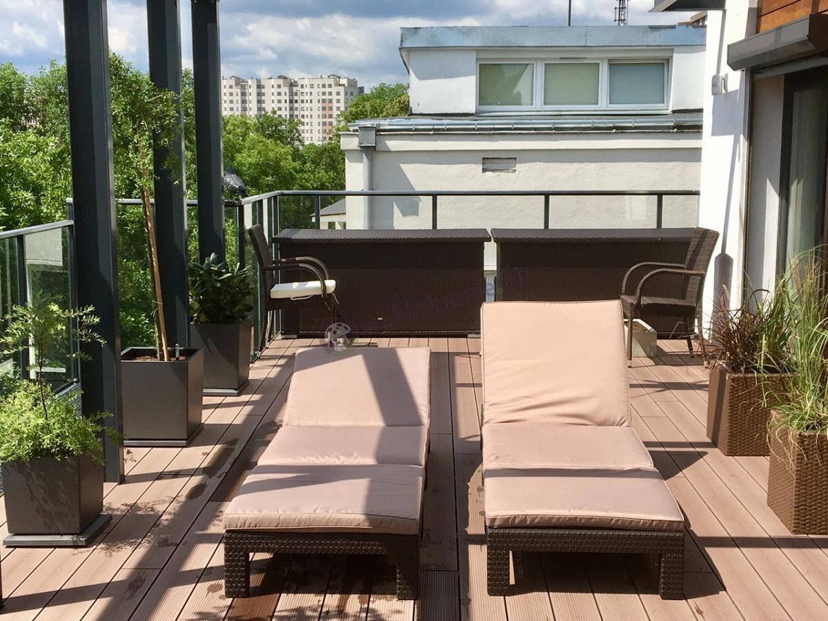 Leżaki balkonowe Daytona w towarzystwie dużych skrzyń na poduszki