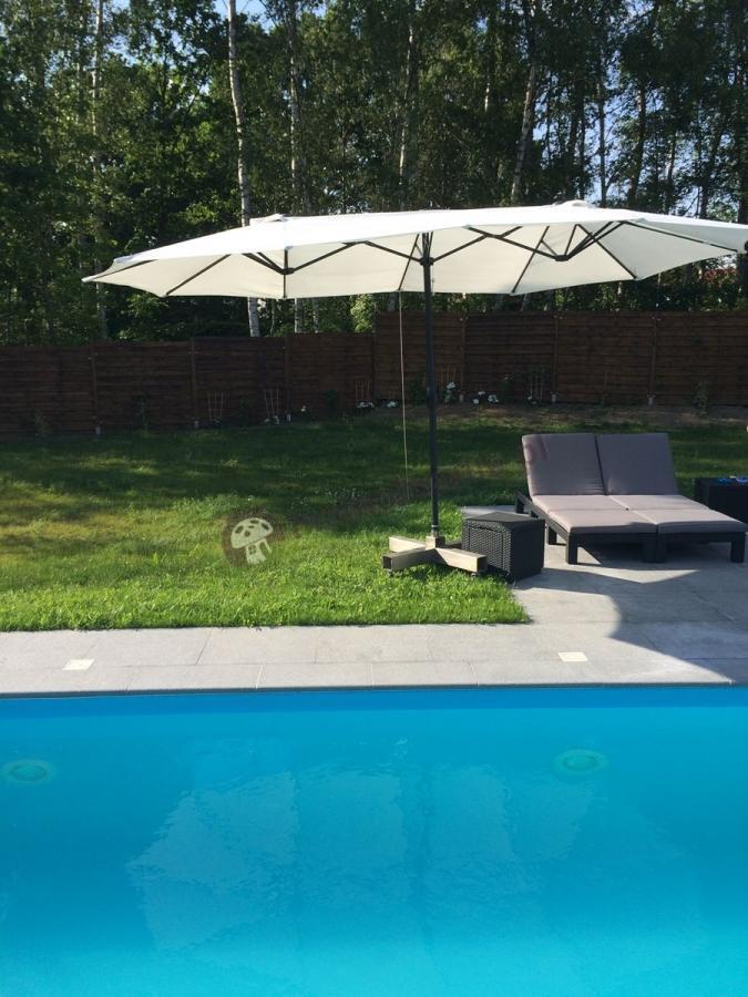 Leżaki ogrodowe Daytona używane przy basenie