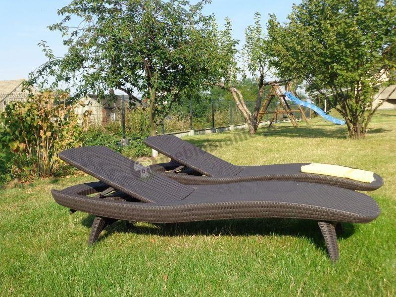 Leżaki ogrodowe plastikowe w dużym ogrodzie