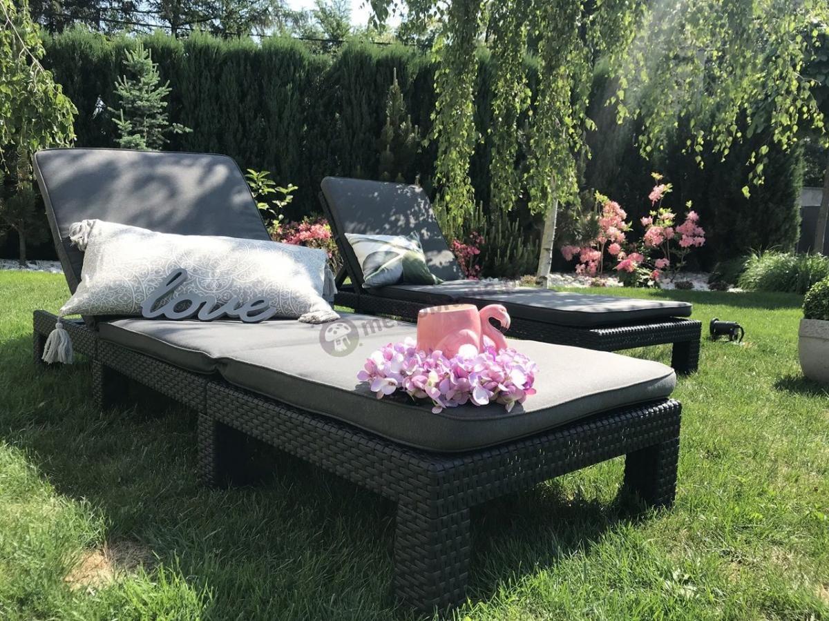 Leżaki ogrodowe plastikowe z poduszkami w uroczej aranżacji