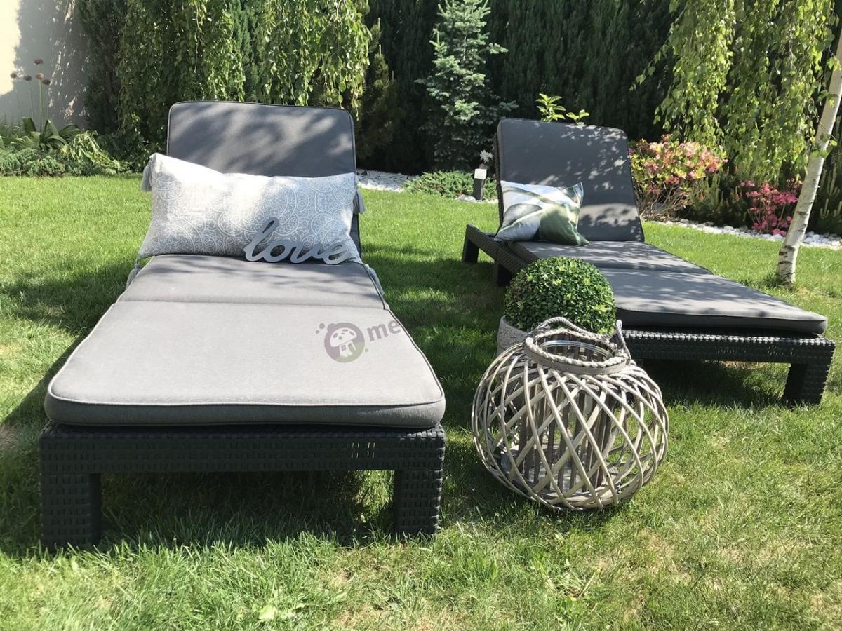 Leżaki plażowe składane używane w pełnym zieleni ogrodzie