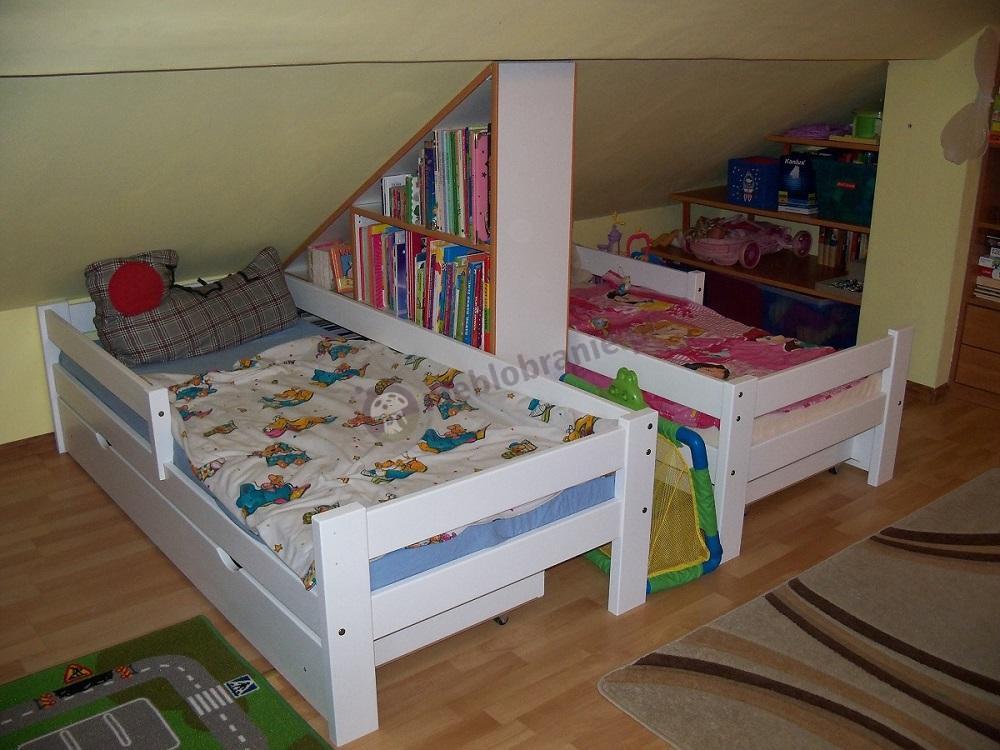 Łóżeczko dziecięce z szufladą białe w pokoju rodzeństwa