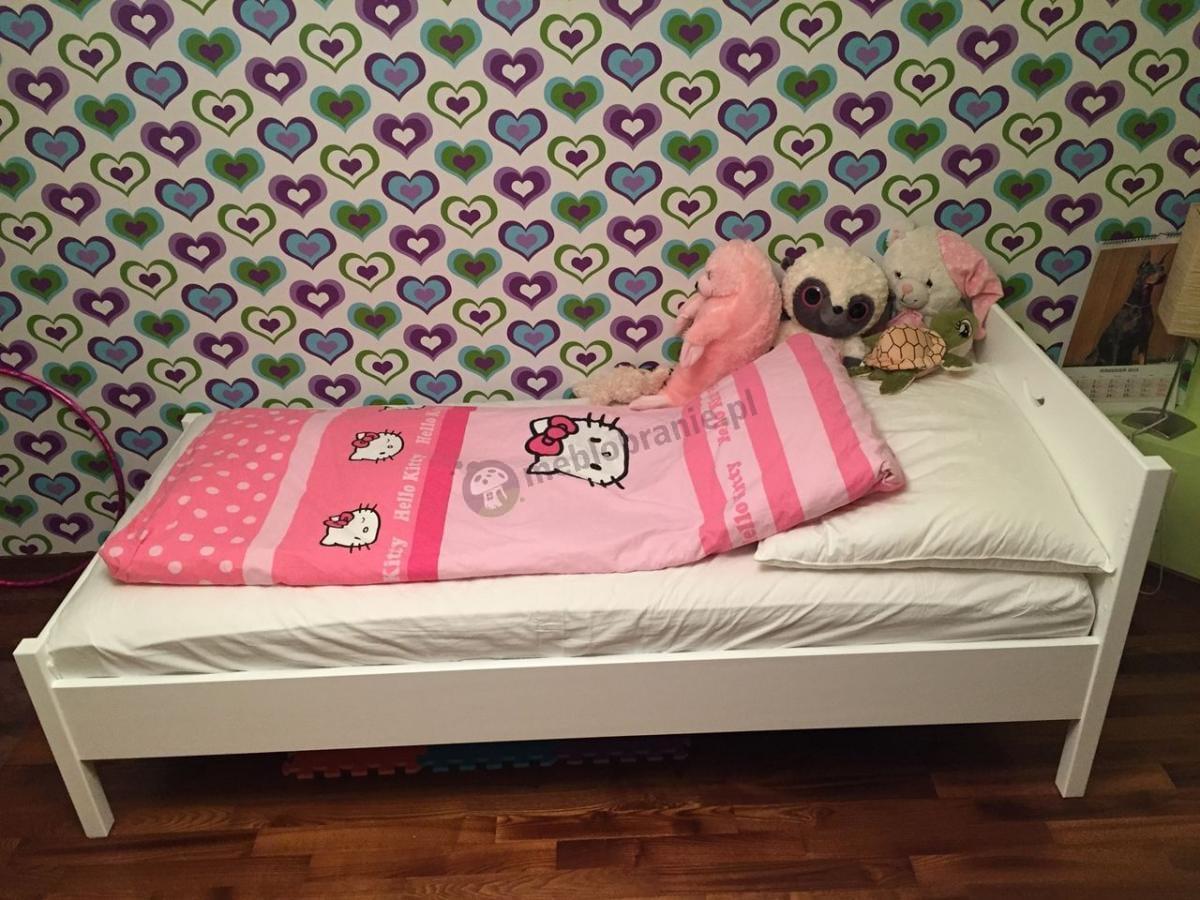 Łóżko Cross białe z uroczymi pluszakami właścicielki