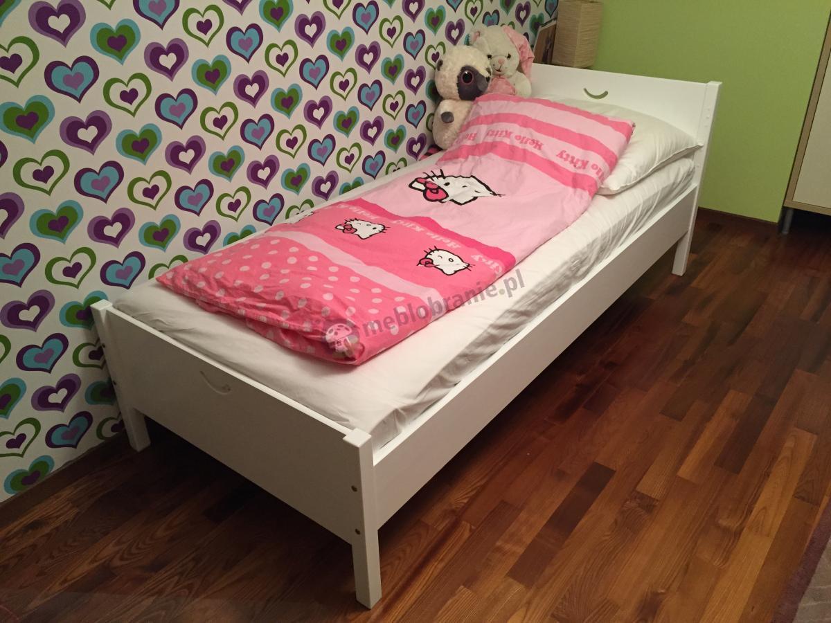 Łóżko dziecięce w białym kolorze Cross ozdobione różową kołderką