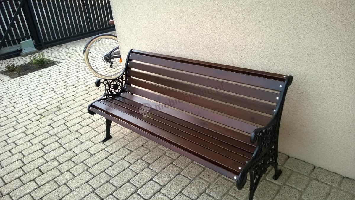 Luksusowa ławka koronkowa używana przez klienta na podwórku