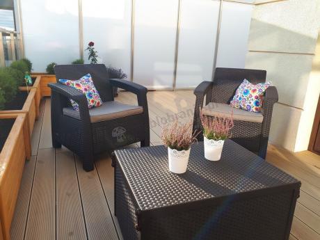 Aranżacja balkonu meble balkonowe Corfu z kolorowymi poduszkami