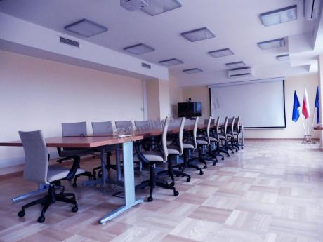 Beżowe fotele biurowe w sali konferencyjnej