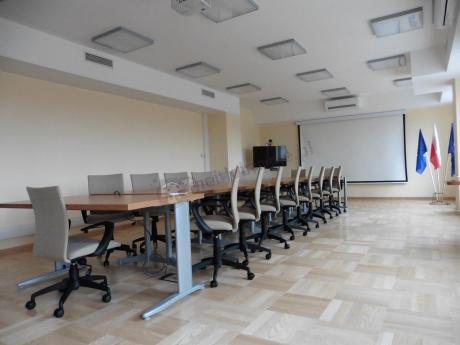Beżowe krzesła biurowe obrotowe Millo w dużej sali