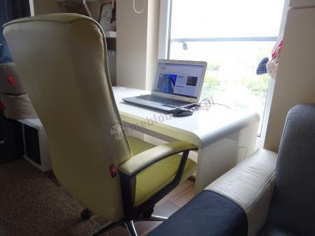Białe biurko Murano 130 w domowym biurze
