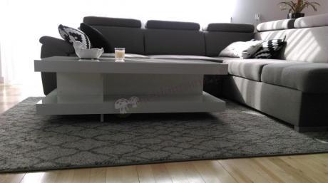 Biały stolik kawowy bez nóg w eleganckim salonie