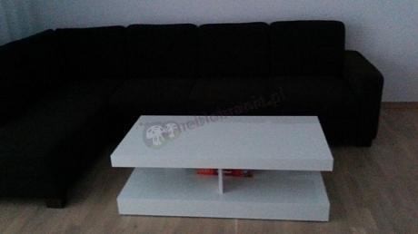 Biały stolik kawowy w ciemnym salonie