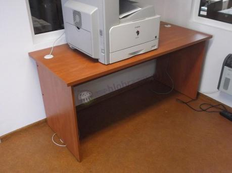 Biurko pracownicze używane jako stanowisko pod drukarkę