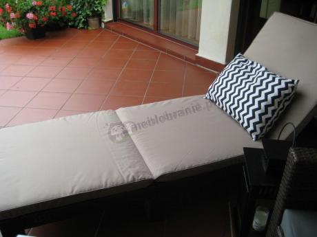 Brązowa leżanka ogrodowa plastikowa z poduszką Daytona