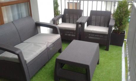 Brązowe meble balkonowe Allibert Keter Corfu Set na sztucznej trawie