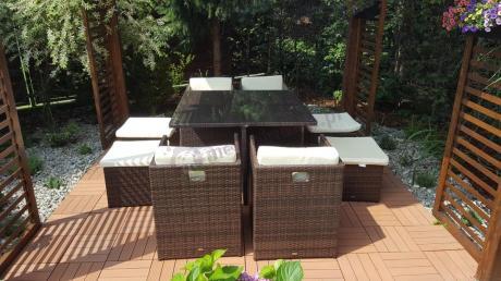 Brązowe meble na taras technorattan pod ogrodową altaną