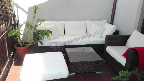 Ciekawy narożnik na taras z podlokietnikami, kwadratowym stolikiem w modnym kolorze