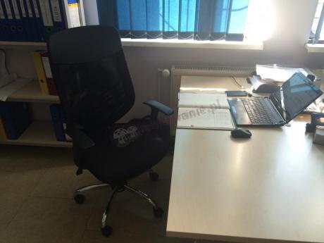 Czarny fotel obrotowy Mobi w nowoczesnym, zadbanym biurze