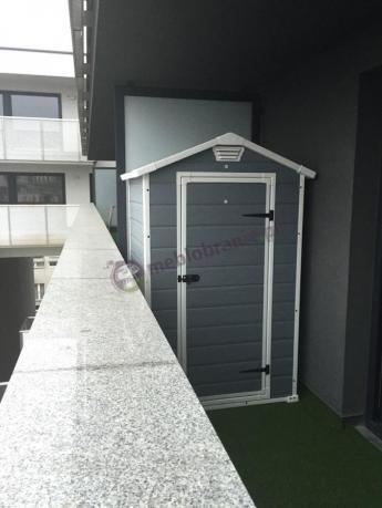 Domek ogrodowy służący jako pojemna szafa balkonowa