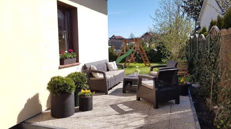 Doniczki ogrodowe i komplet wypoczynkowy ogrodowy na tarasie