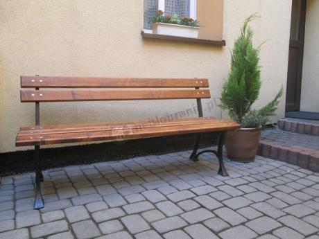 Drewniana ławka ogrodowa z oparciem ustawiona na tarasie