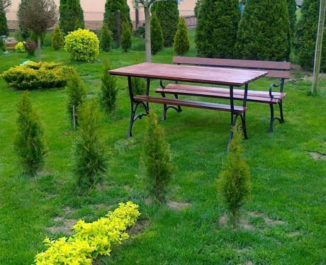 Drewniane Meble Ogrodowe Używane Pośród Ogrodowej Zieleni